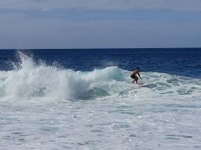 Surfeur à la Banzai Pipeline Beach